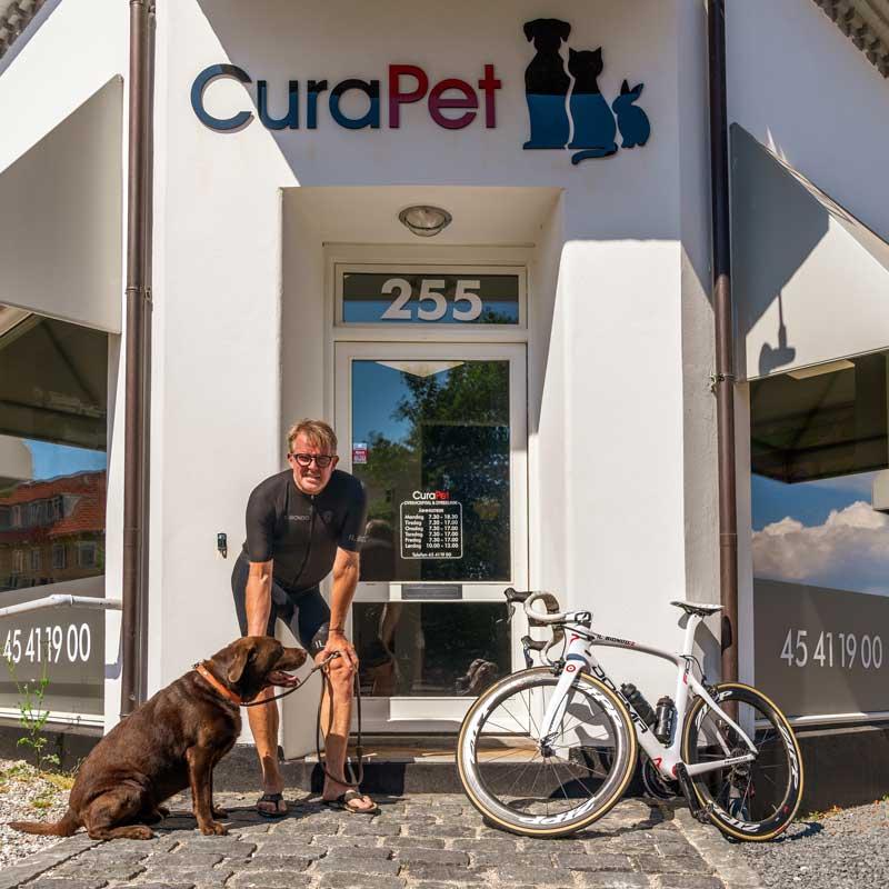 CuraPet facaden med Rolf Sørensen og hans labrador